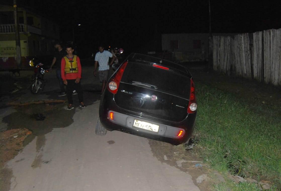 Ao tentar desviar de buraco, motorista atola carro em vala de dez metros de extensão