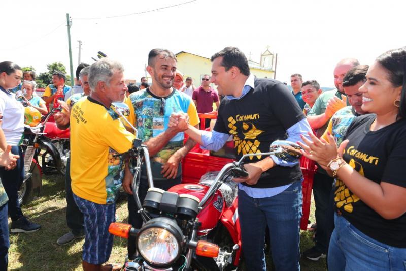 Governador Wilson Lima entrega implementos agrícolas para desenvolvimento da agricultura familiar em comunidade na área rural de Manaus