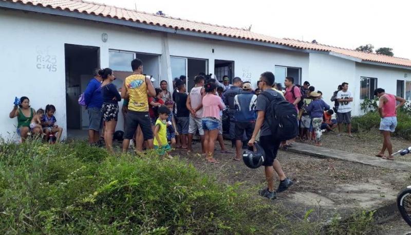 Beneficiários do Residencial Parintins ocupam casas sorteadas