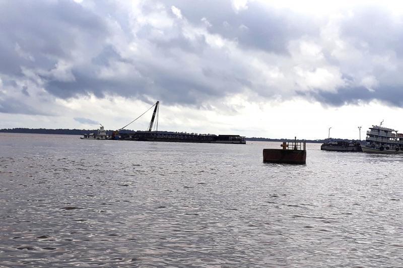 Lance de ponte e o porto flutuante chegam neste momento em Vila Amazônia