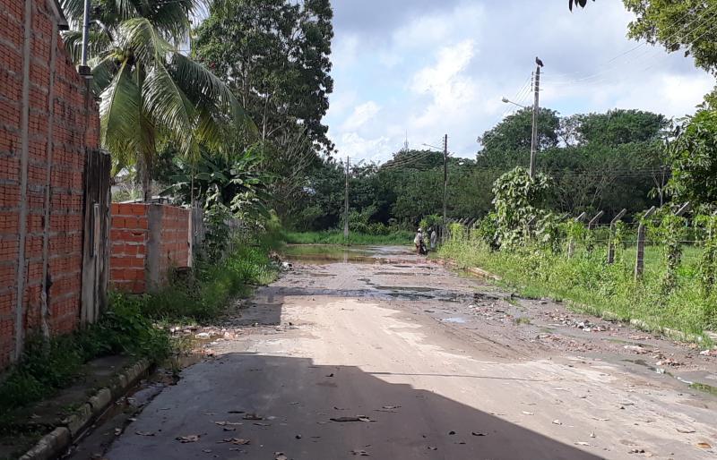 Lama e buraco no meio do caminho: um tormento para condutores de veículos