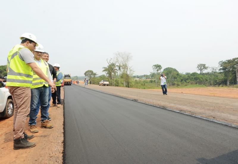 Em visita a obras na AM-070, Wilson Lima anuncia entrega de mais 20 km até o final de 2019