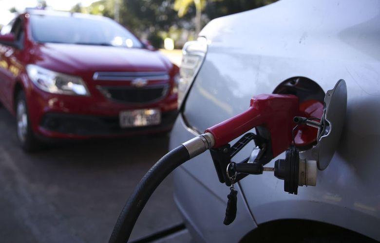 Petrobras anuncia reajuste de 4% no preço da gasolina