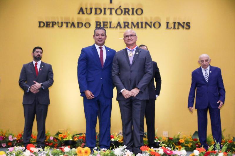 Josué Neto homenageia coronel Menezes com a Medalha do Mérito Legislativo
