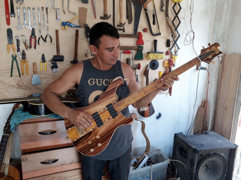 Aluno de Raul Lage instala em Parintins oficina para fabricar instrumentos musicais