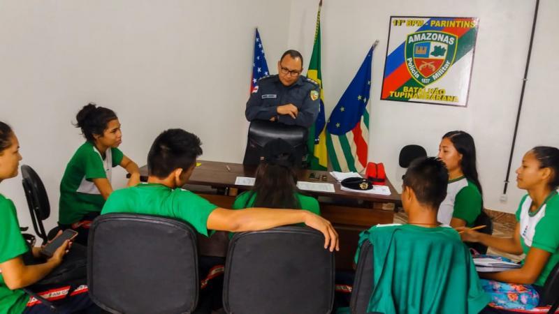 Alunos do curso técnico em administração do Ifam conhecem cotidiano da atividade policial em Parintins