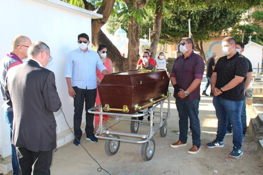 Bi Garcia se despede do pai em cerimônia simples; sepultamento foi na quarta-feira (25)