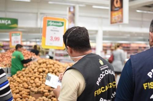 Procon-AM realiza pesquisa de preços de itens da cesta básica em supermercados de Manaus