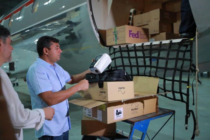Wilson Lima recebe novo carregamento de respiradores, comprados pelo Estado