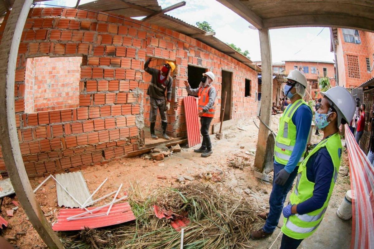 Operação de demolição de imóveis irregulares em área do Prosamim