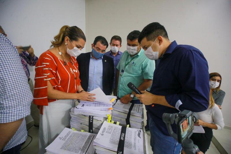 Secretária Simone Papaiz apresenta contratos aos deputados da CPI da Saúde