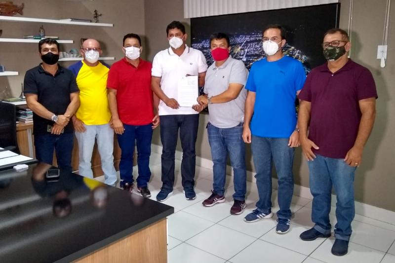 Bi Garcia sanciona lei que garante instalação de leitos de UTI em Parintins