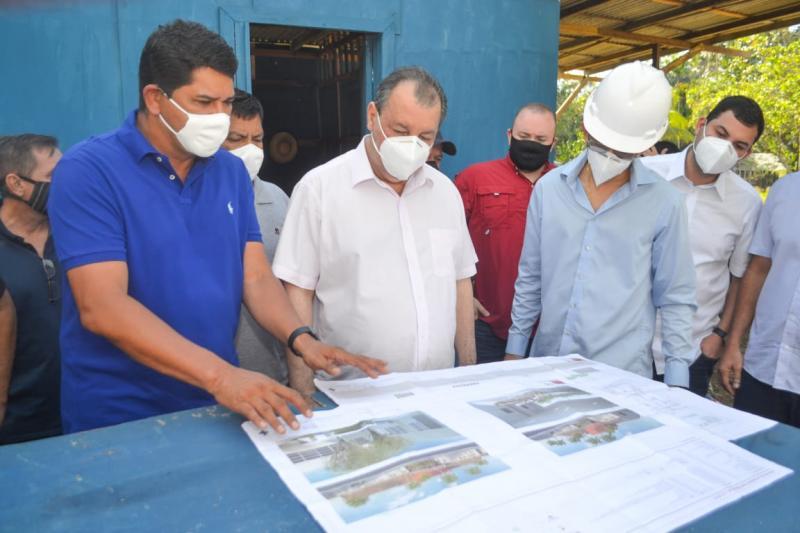 Senador Omar Aziz garante recursos e Prefeitura de Parintins construirá muro de contenção em toda a orla da cidade