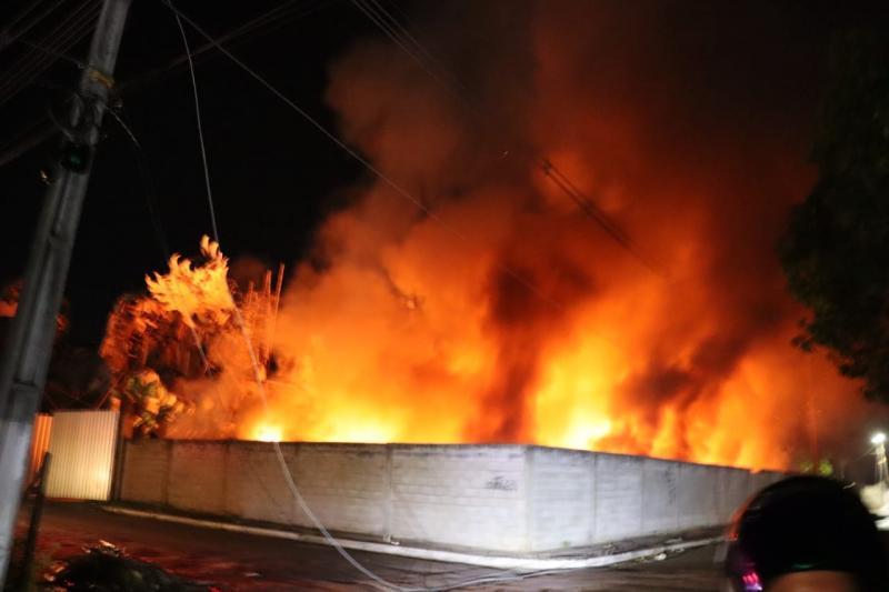 Boi Caprichoso teve área de galpões de alegorias atingida pelo fogo