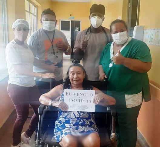 Após 54 dias internada, paciente recuperada da Covid-19 recebe alta hospitalar