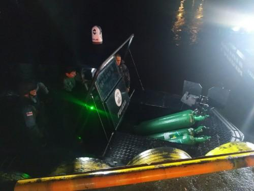 Agentes da base Arpão transportam cilindros de oxigênio para Tefé