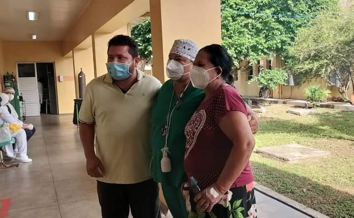 Jornalista Carlos Alexandre deixa o hospital, após vencer a Covid-19