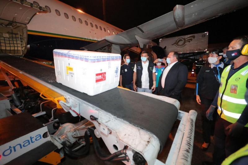 Wilson Lima acompanha chegada de lote de 132,5 mil doses da vacina da AstraZeneca