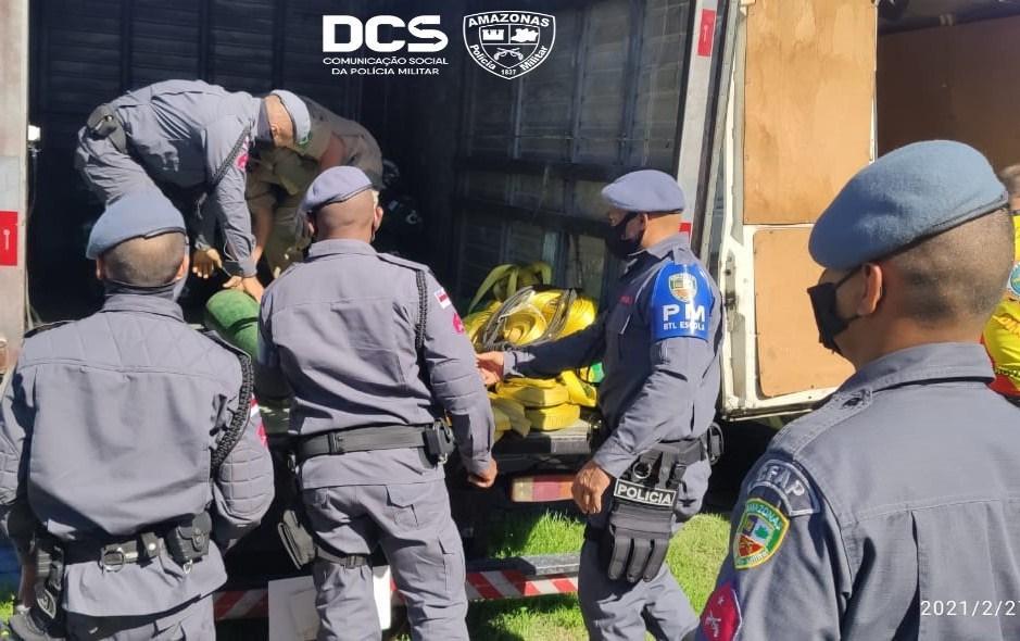 Polícia Militar auxilia no transporte de cilindros de oxigênio em Manaus