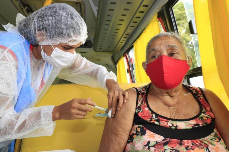 Idosos de 65 a 69 anos da zona rural de Barreirinha começam a receber a primeira dose da vacina contra a Covid-19
