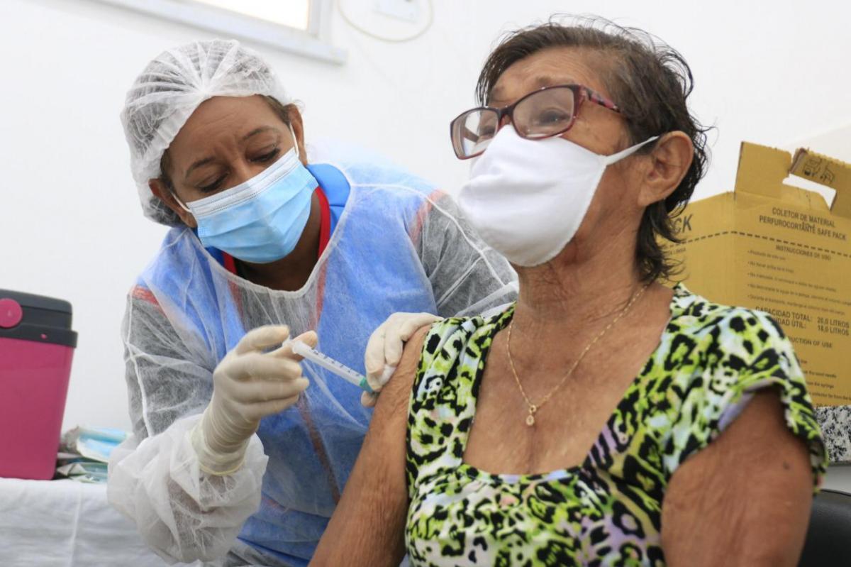 Barreirinha aplica 2ª dose da vacina Coronavac em idosos de 60 a 69 anos