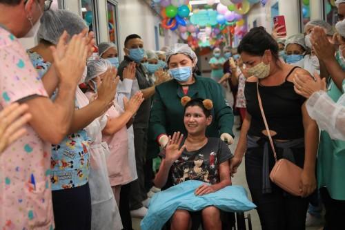 Menina vítima de explosão em condomínio de Manaus recebe alta