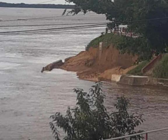Muro de arrimo de Parintins desmorona e provoca deslizamento de terra