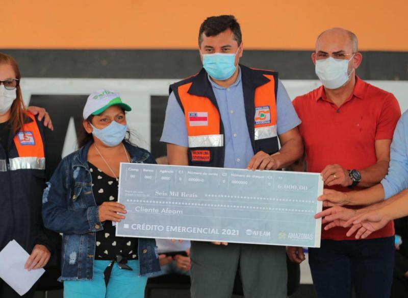 Wilson Lima entrega R$ 1,8 milhão em Crédito Solidário em municípios atingidos pela cheia