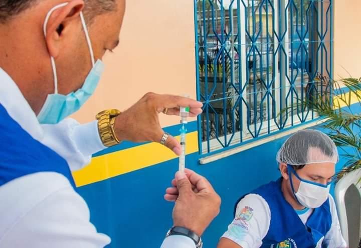 Coordenadora da Vigilância em Saúde, Elaine Pires, orienta pessoas que recebem doses da vacina contra Covid-19