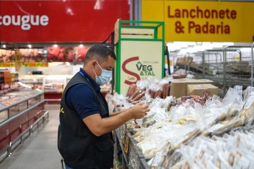 Em Manaus, Procon apreende 142 Kg de produtos em supermercados