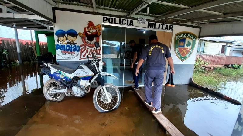 Em Barreirinha, prédios das polícias Civil e Militar são afetados pela enchente