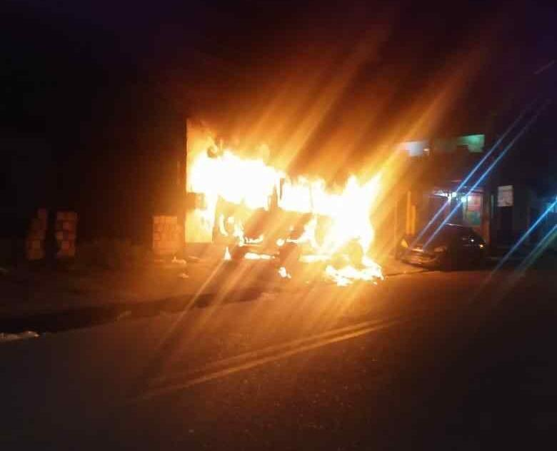 Em Manaus, PM resgata família após incêndio criminoso em veículo
