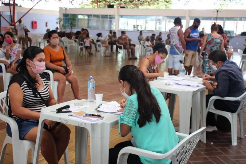 Governo do AM realiza segundo dia de entrega dos cartões do Auxílio Estadual Enchente e de cestas básicas em Manaus