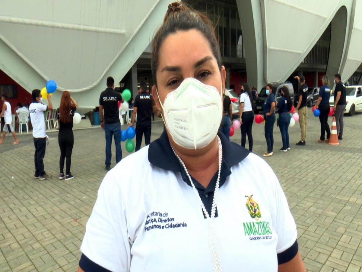 Servidores comemoram marca de 100 mil vacinas aplicadas por mutirão