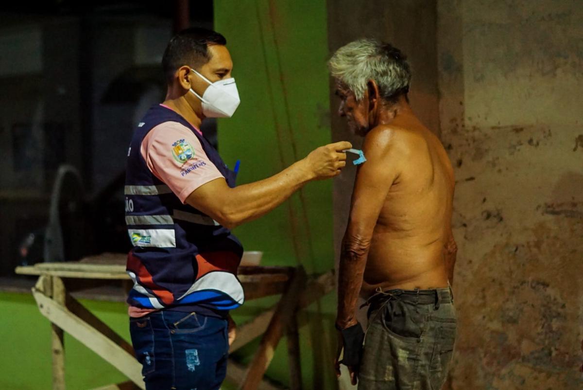Pessoas em situação de rua são vacinadas em Parintins
