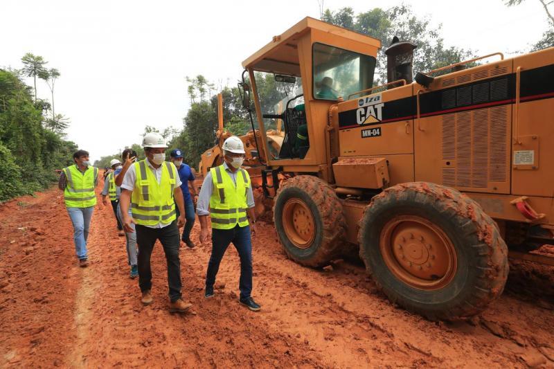 Em Iranduba, governador Wilson Lima vistoria obra de pavimentação de ramais
