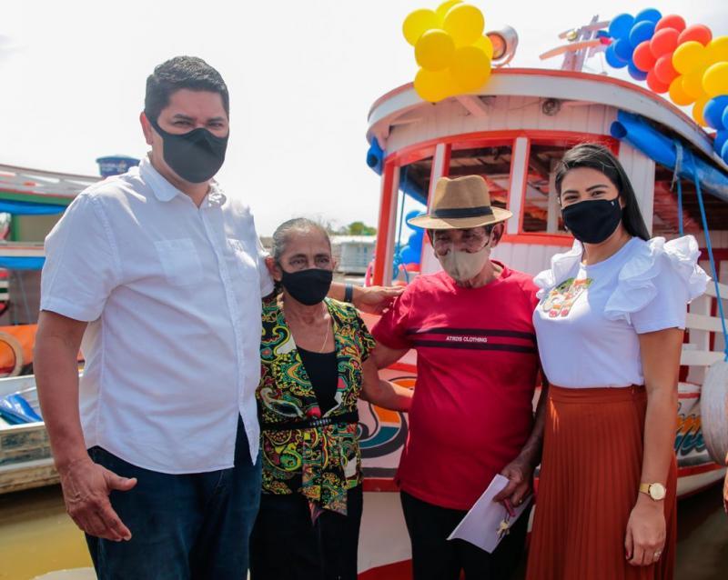 Prefeito Bi Garcia e amigos doam novo barco à família que teve bem incendiado injustamente