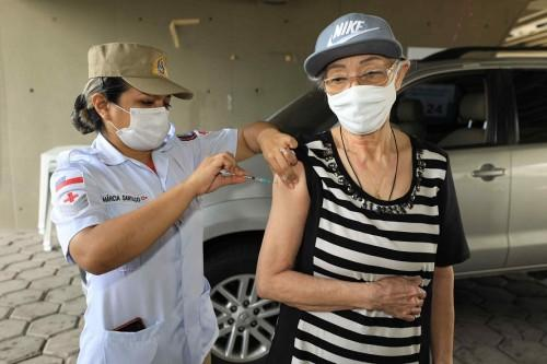 Filha se emociona ao ver mãe tomar terceira dose da vacina contra Covid-19