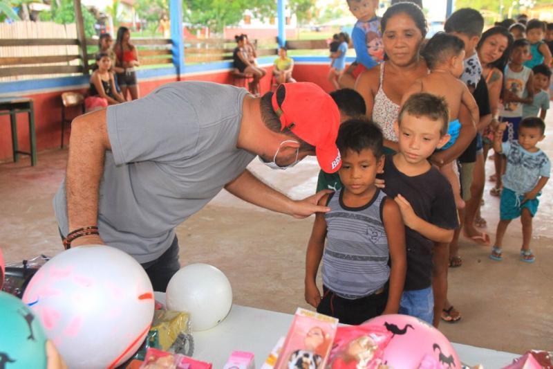 Glenio Seixas faz alegria da criançada da zona rural com distribuição de brinquedos