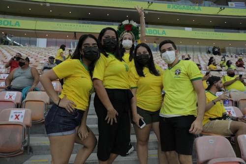 Em família, amazonenses da capital e interior comparecem à Arena da Amazônia para Brasil e Uruguai