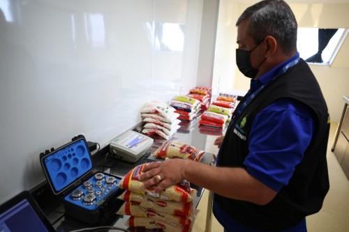Governo do AM realiza campanha educativa em Parintins com apoio do barco do Ipem