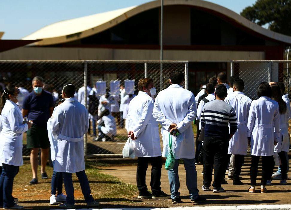 Valor mínimo da bolsa para médicos residentes passa para R$ 4,1 mil