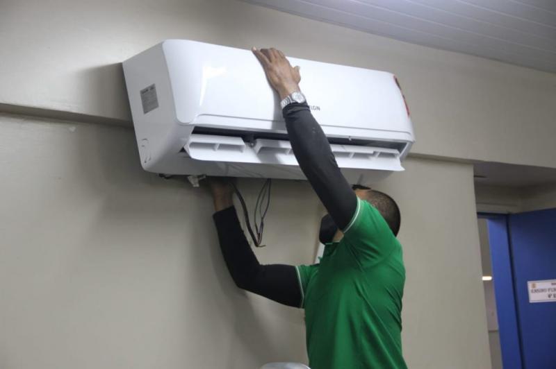 Força-tarefa do Governo do Amazonas entregou mais de 100 condicionadores de ar para escolas de Parintins