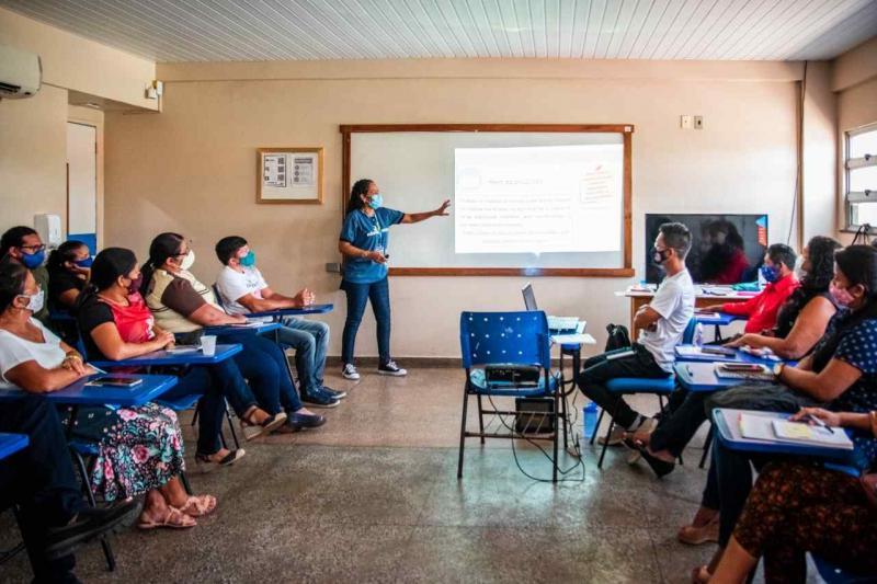 Governador Wilson Lima entrega mais de 800 certificados a profissionais da Educação, em Parintins
