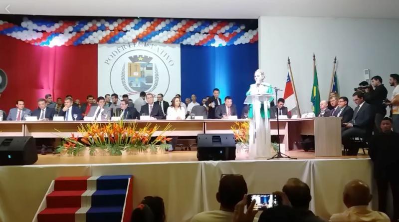Vereadora Nega Alencar na entrega do título de cidadão parintinense ao senador Omar Aziz
