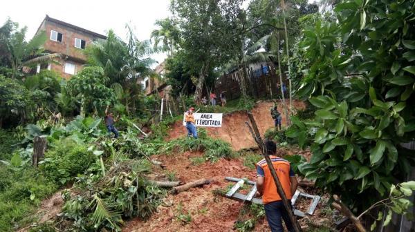Famílias afetadas por deslizamentos de terra em Tefé recebem apoio da Defesa Civil do Amazonas