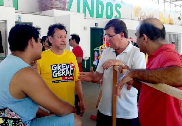 Zé Ricardo faz campanha relâmpago em Parintins