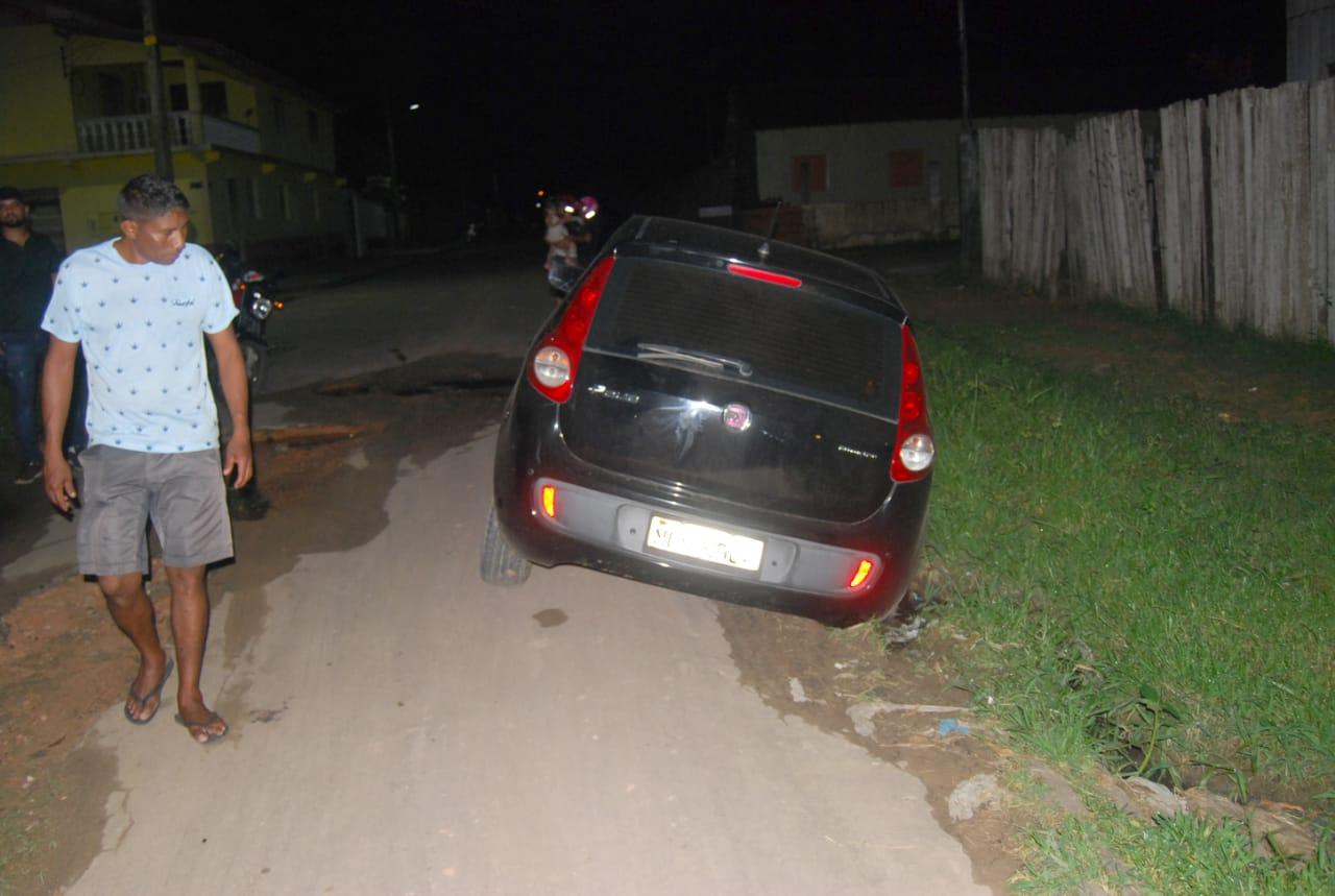 Carro atolado em buraco no Itaúna 2 (2)