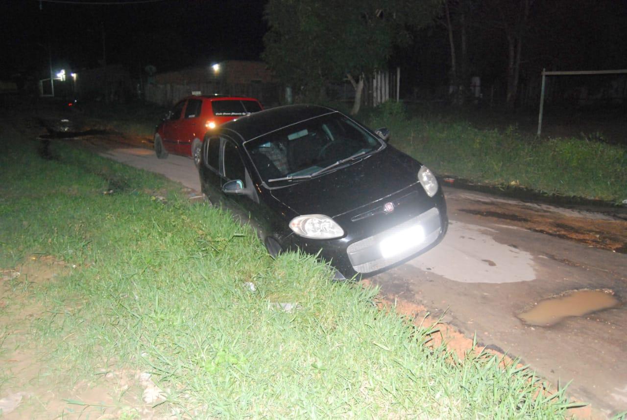Carro atolado em buraco no Itaúna 2 (3)