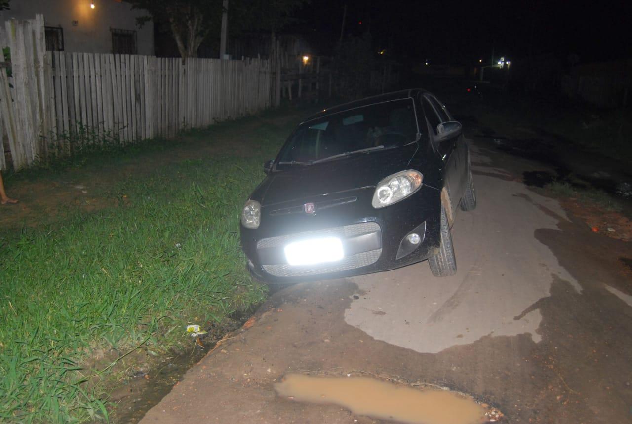 Carro atolado em buraco no Itaúna 2 (4)